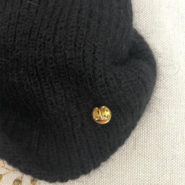 Le bijou amovible du bonnet LILY noir IDA DEGLIAME est réglable est facile à placer, à mettre ou à enlever.