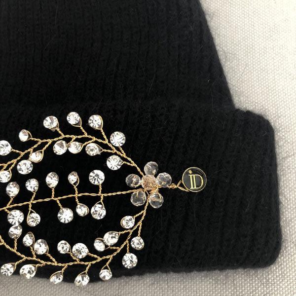 Le bonnet LILY noir IDA DEGLIAME peut s'agrémenter d'un bijou amovible grâce à deux pins.