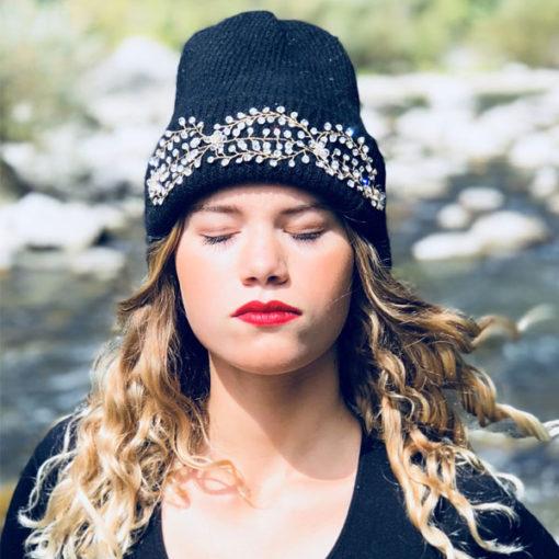 Le bonnet LILY noir IDA DEGLIAME illuminera voir teint grâce à la clarté des strass.