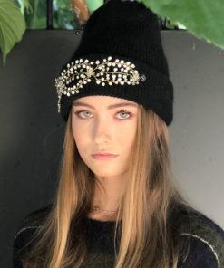 Pour rester au chaud tout en s'offrant une allure rock, optez pour le bonnet Lily Ida Degliame et son bijou amovible