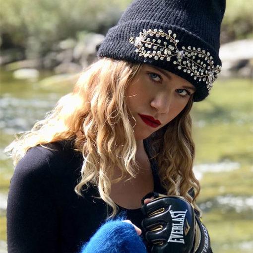 """Soit rock, soit glamour, le bonnet LILY noir IDA DEGLIAME sera votre """"it""""de l'hiver."""