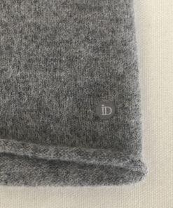 Le tour de cou CELESTE IDA DEGLIAME en cachemire en gris clair est doux et vous réchauffera tout l'hiver