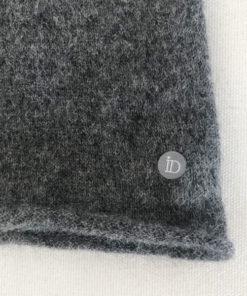 Le tour de cou CELESTE IDA DEGLIAME en cachemire, couleur gris foncé, vous protègera contre le froid avec élégance cet hiver