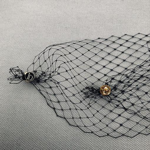 La voilette du béret Bonnie IDA DEGLIAME est amovible grâce à ses deux pin's siglés ID.