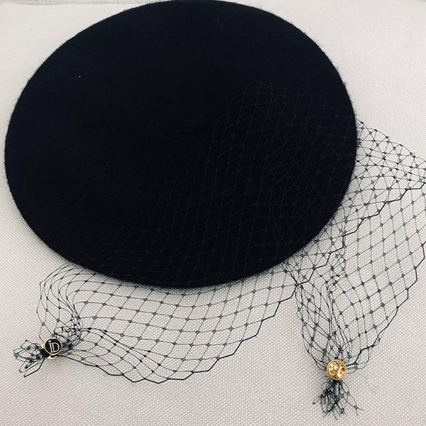 Telle une ode au cinéma Italien, le béret Bonnie IDA DEGLIAME, en laine avec une voilette amovible grâce à deux pin's, rendra votre présence mystérieuse.