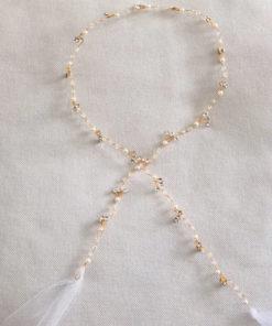 Le headband FANETTE de la collection mariage IDA DEGLIAME est fin et se compose d'une structure dorée avec des cristaux, des strass, des perles et du tulle.