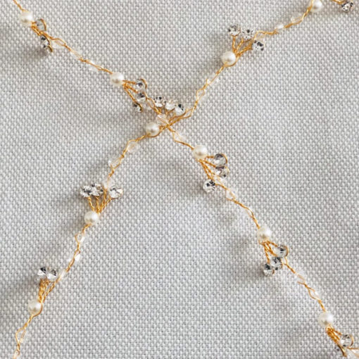 Le headband FANETTE de la collection Epouse-Moi IDA DEGLIAME se compose d'une structure dorée avec des cristaux, des strass, des perles et du tulle.