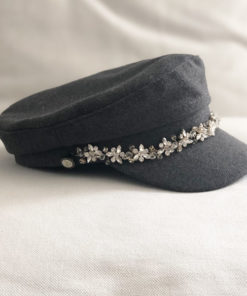 La casquette de la Villette Ida Degliame est un modèle en drap de laine gris anthracite, intérieur coton, avec un bijou sur une structure dorée. Taille unique.