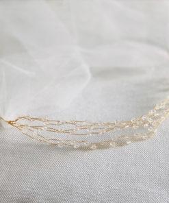 Le headband VENUS IDA DEGLIAME, collection mariage Epouse-Moi, est un modèle minimaliste composé d'une structure dorée et de cristaux. Lien coulissant au choix.