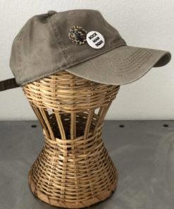 La SUPERBE IDA DEGLIAME, couleur beige, est une casquette de baseball en coton délavé, réglable à l'arrière.