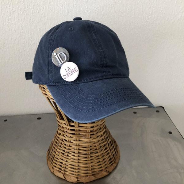La SUPERBE IDA DEGLIAME, couleur bleu brut, est une casquette de baseball en coton délavé, réglable à l'arrière.
