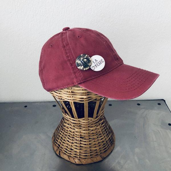 La SUPERBE IDA DEGLIAME, couleur bordeaux, est une casquette de baseball en coton délavé, réglable à l'arrière.