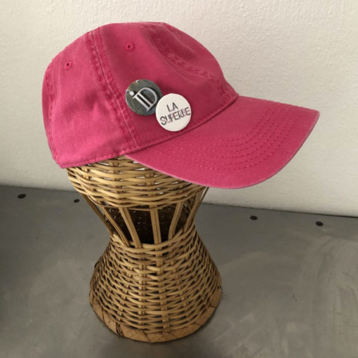 La SUPERBE IDA DEGLIAME, couleur framboise, est une casquette de baseball en coton délavé