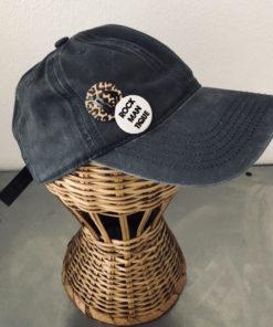 La SUPERBE IDA DEGLIAME, couleur gris anthracite, est une casquette de baseball en coton délavé, réglable à l'arrière.