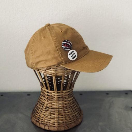 La SUPERBE IDA DEGLIAME, couleur moutarde, est une casquette de baseball en coton délavé, réglable à l'arrière.