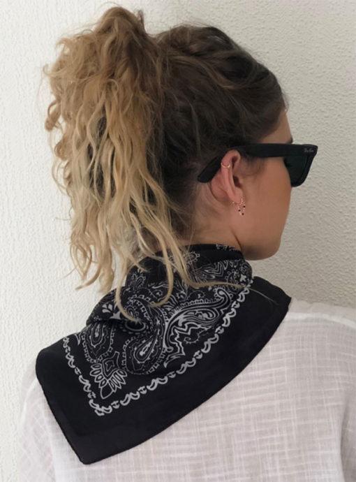 Le foulard MON PETIT SATIN IDA DEGLIAME, avec son imprimé intemporel Bandana, se porte idéalement autour du cou.