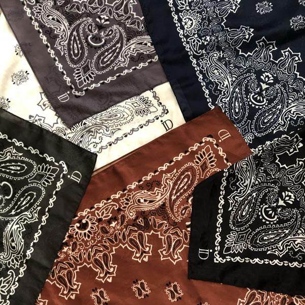 Le foulard MON PETIT SATIN IDA DEGLIAME, imprimé Bandana, en acétate, se décline en 6 coloris et se porte autour du cou, en ceinture ou sur la tête.