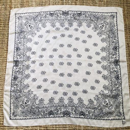 Le foulard MON PETIT SATIN IDA DEGLIAME est en acétate et se décline en blanc