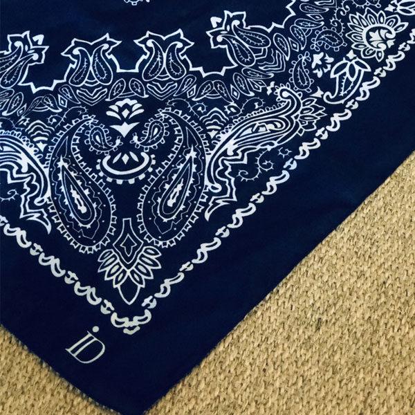Le foulard MON PETIT SATIN IDA DEGLIAME est en acétate et se décline en blue navy