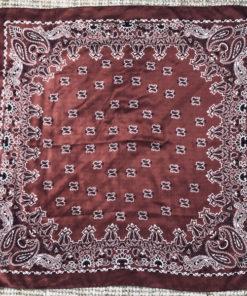 Le foulard MON PETIT SATIN IDA DEGLIAME est en acétate et se décline couleur brique