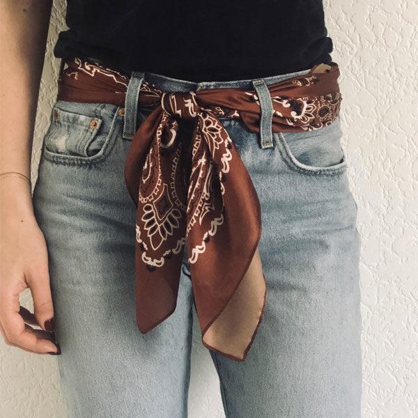 La matière soyeuse et non fragile du foulard MON PETIT SATIN IDA DEGLIAME vous apportera une allure Rockmantique.