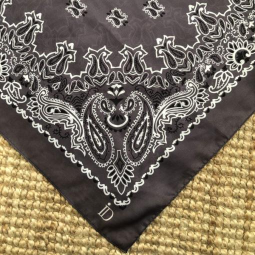 Le foulard MON PETIT SATIN IDA DEGLIAME est en acétate et se décline en gris