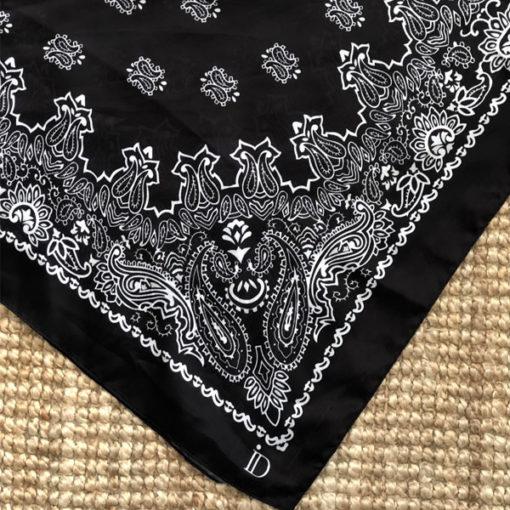 Le foulard MON PETIT SATIN IDA DEGLIAME est en acétate et se décline en noir