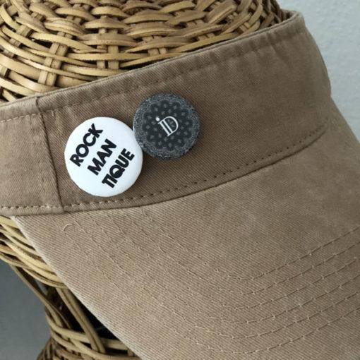 La visière ROCKMANTIQUE IDA DEGLIAME possède 2 badges amovibles.