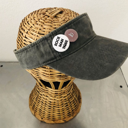 La visière ROCKMANTIQUE IDA DEGLIAME, en coton délavé est réglable à l'arrière avec un scratch et badges amovibles. Existe en beige et kaki.