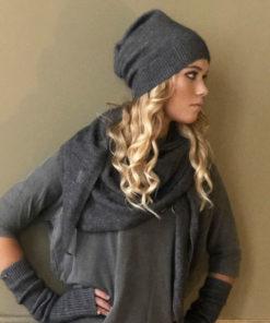 Le bonnet ANITA IDA DEGLIAME est en cachemire de vison pour affronter l'hiver tout en restant chic