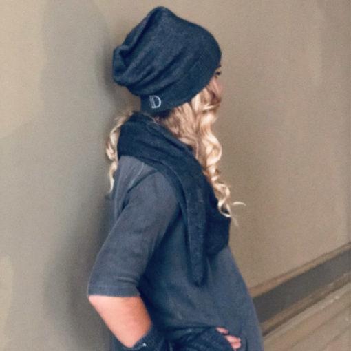 Le bonnet ANITA IDA DEGLIAME se porte en toute simplicité sur l'arrière