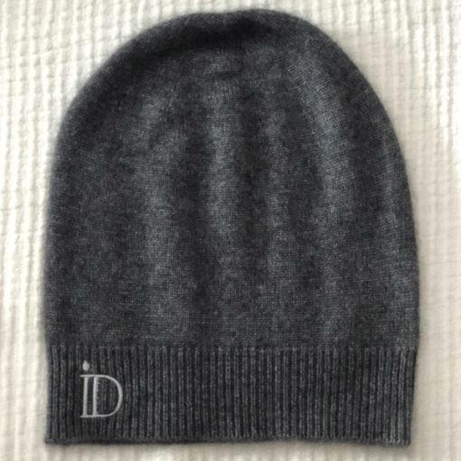 Le bonnet ANITA IDA DEGLIAME en cachemire de vison se porte sur l'arrière pour une allure chic et décontractée. Taille unique. Existe en noir et gris souris.