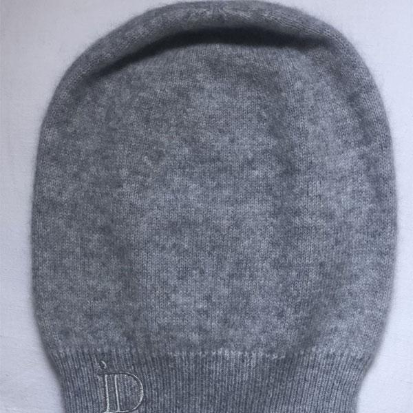 Le bonnet ANITA IDA DEGLIAME gris clair se porte en toute simplicité sur l'arrière