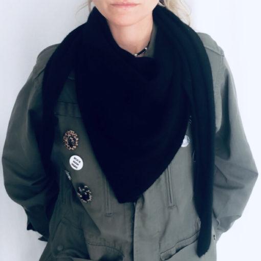 L'écharpe triangulaire ROMY IDA DEGLIAME en cachemire de vison vous protégera d'un coup de vent, d'un coup de froid mais pas d'un coup de cœur ou d'un coup de foudre.