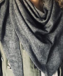 L'écharpe triangulaire ROMY IDA DEGLIAME existe en gris souris