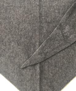 L'écharpe triangulaire ROMY IDA DEGLIAME en cachemire de vison vous protégera d'un coup de vent mais pas d'un coup de cœur. Existe en noir ou gris souris.