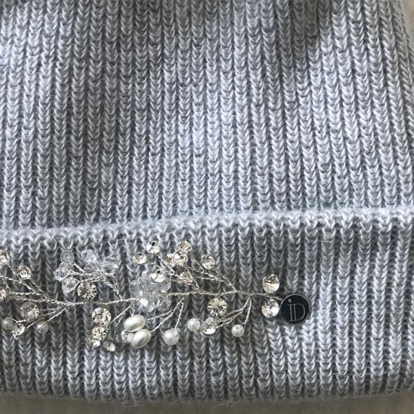 Le bijou du bonnet LILA IDA DEGLIAME est réglable et facile à placer en fonction de votre tour de tête.