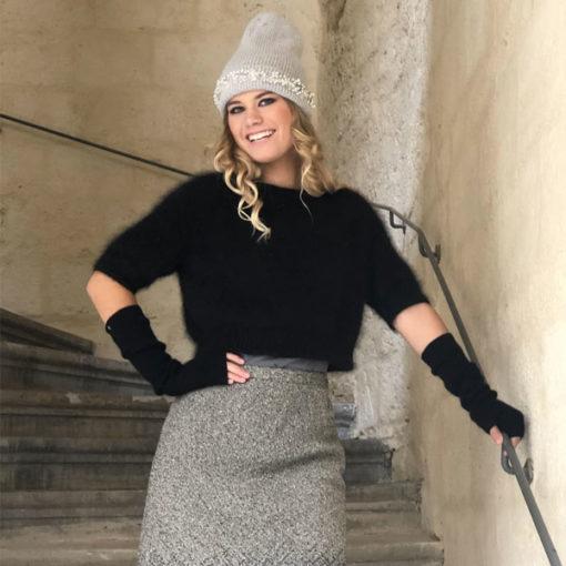 Le bonnet LILA IDA DEGLIAME gris clair illuminera votre teint grâce à la clarté de ses strass.