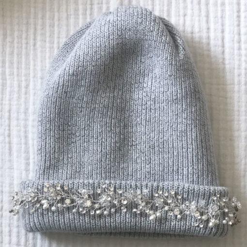 Le bonnet LILA IDA DEGLIAME gris clair est un modèle en laine, cachemire et angora.