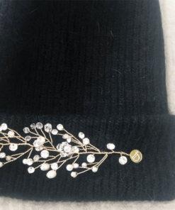 Le bijou en épi du bonnet LILA IDA DEGLIAME noir est amovible grâce à deux pins.
