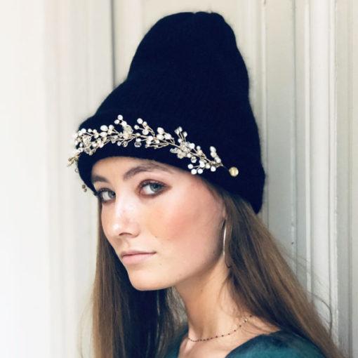 Le bonnet LILA IDA DEGLIAME noir illuminera votre teint grâce à la clarté de ses strass.