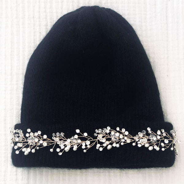Le bonnet LILA IDA DEGLIAME est un modèle en laine, cachemire et angora avec un bijou amovible grâce à deux pins pour illuminer votre teint cet hiver.