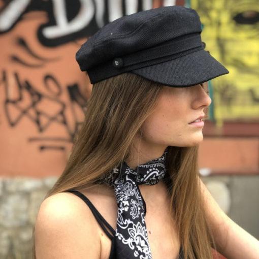 Un vent frais de liberté, la casquette du bassin IDA DEGLIAME noire vous protégera des rayons du soleil d'été.