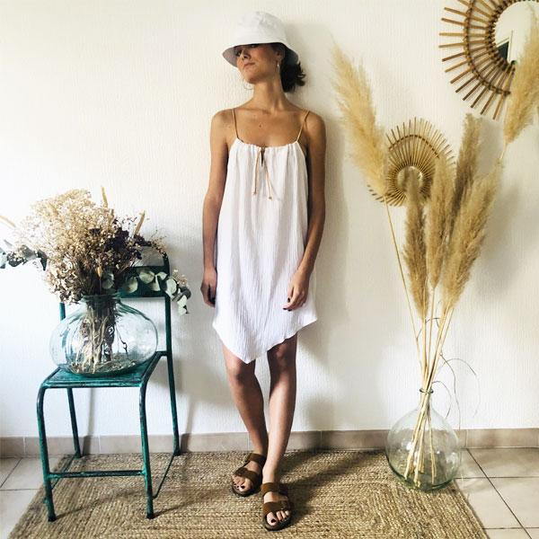 La robe LOU Unie IDA DEGLIAME blanche, de la collection sauvage, est légère comme une seconde peau.
