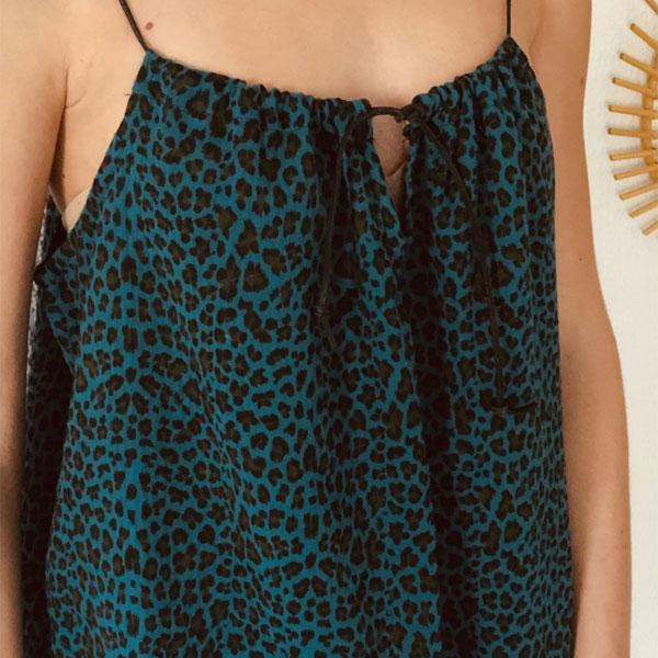 Tout en gaze de coton et lien de cuir coulissant, la robe LOU Léopard bleu canard IDA DEGLIAME se porte plus ou moins plissée en fonction de votre morphologie.