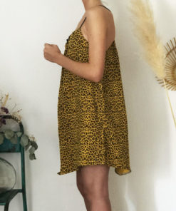 La robe LOU Léopard jaune IDA DEGLIAME se porte plus ou moins plissée en fonction de votre morphologie.