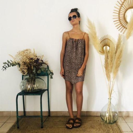 La robe LOU Léopard rose poudré IDA DEGLIAME, de la collection sauvage est légère comme une seconde peau.