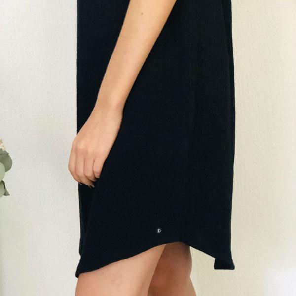 La robe LOU Unie IDA DEGLIAME noire est en taille unique et est fabriquée en France