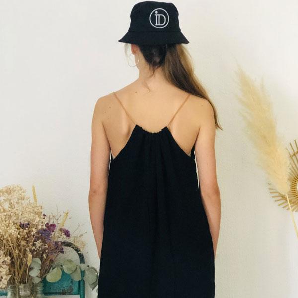 La robe LOU Unie IDA DEGLIAME noire se porte plus ou moins plissée en fonction de votre morphologie.