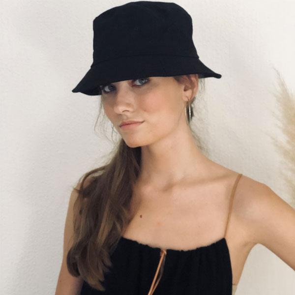 Tout en gaze de coton et lien de cuir coulissant, la robe LOU IDA DEGLIAME noire est facile à porter.